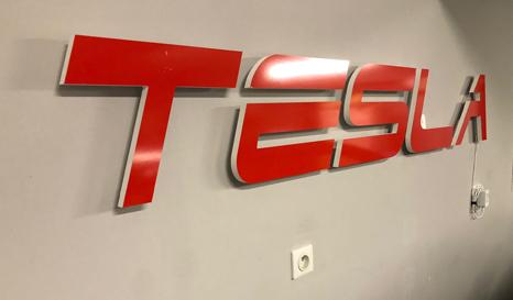 Découpe du logo pour l'enseigne sur-mesure Tesla